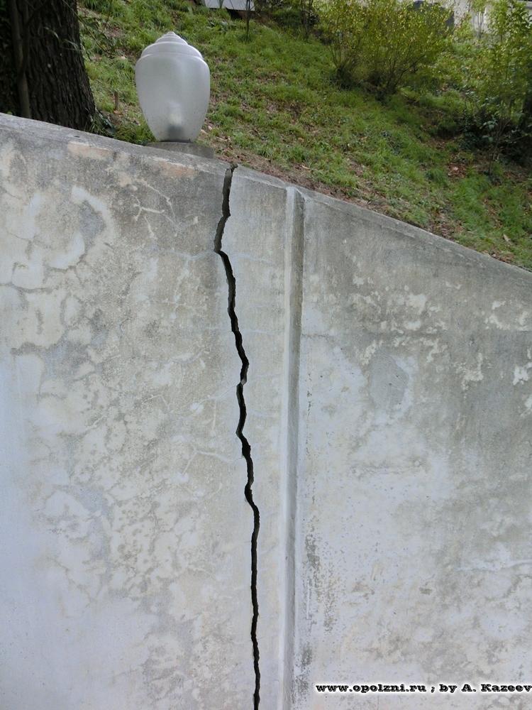 Оползневые трещины на подпорных стенах