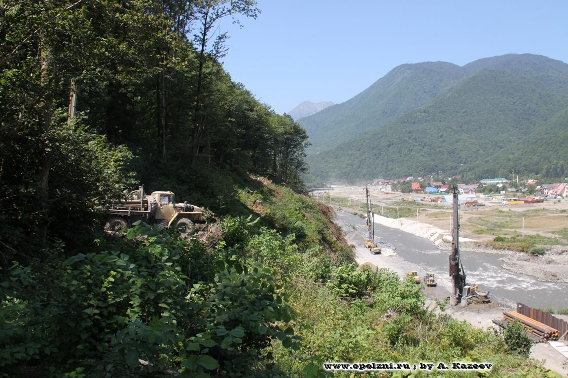 Оползневые склоны, угрожающие безопасности ж/д в долине р.Мзымта