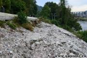 разрушительные оползневые деформации дороги на склоне